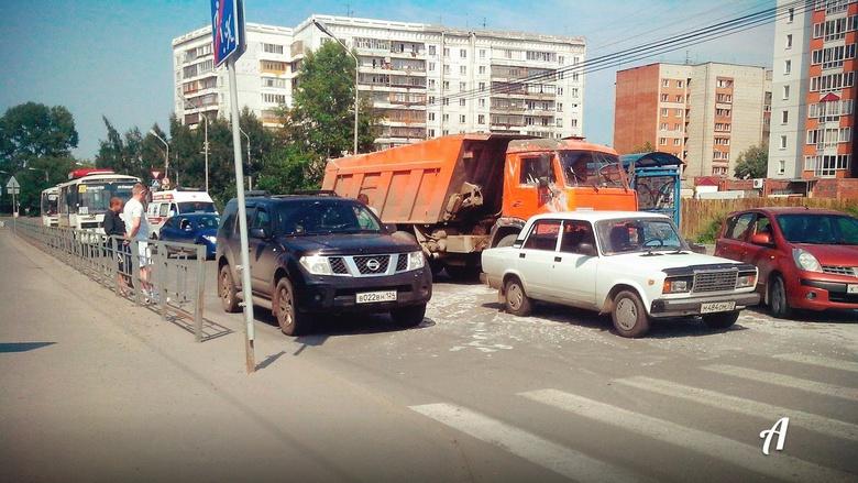 КамАЗ при торможении облил соседние машины бетоном