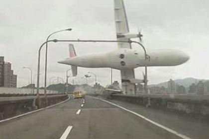 В реку упал пассажирский самолет
