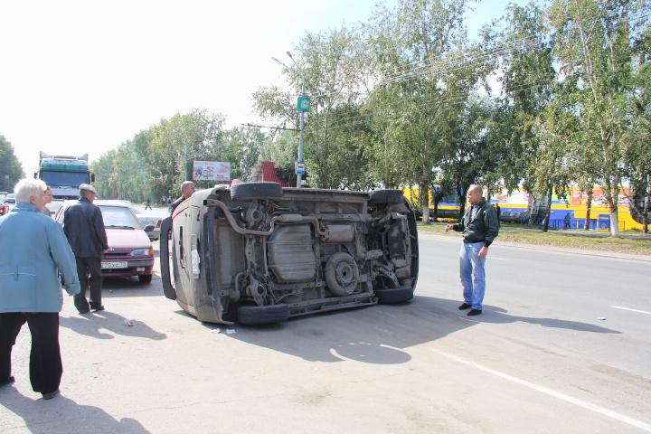 На Мира перевернулся автомобиль (фото)