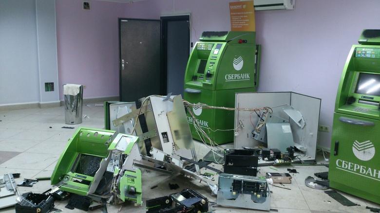 Из взорванного банкомата
