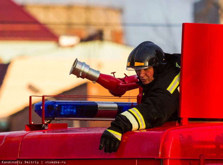 Пожарные спасли 10 человек изгоревшего ночью вцентре Томска дома