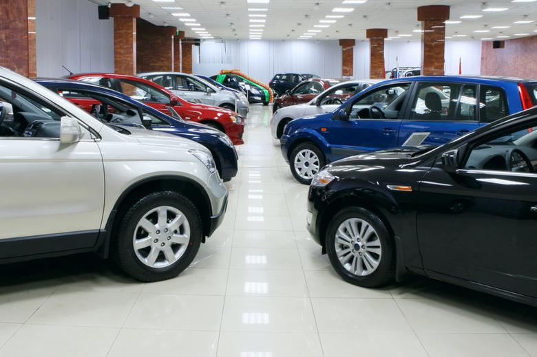 Российские автосалоны прекращают продажи иномарок
