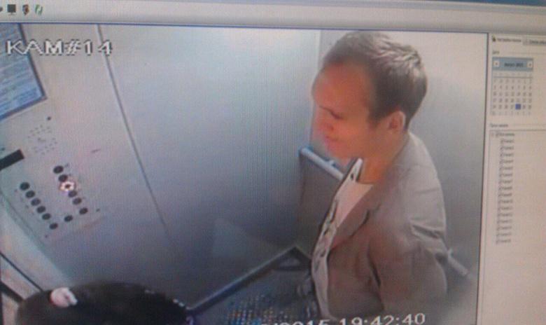 В СУ СК Томской области просят помочь в поисках мужчины, пристававшего к детям в лифта