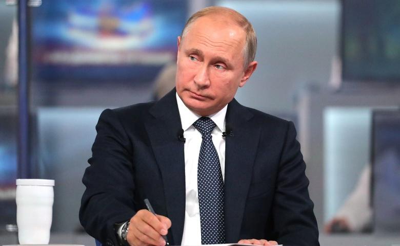 Путин подписал закон, разрешающий признавать людей иностранными агентами