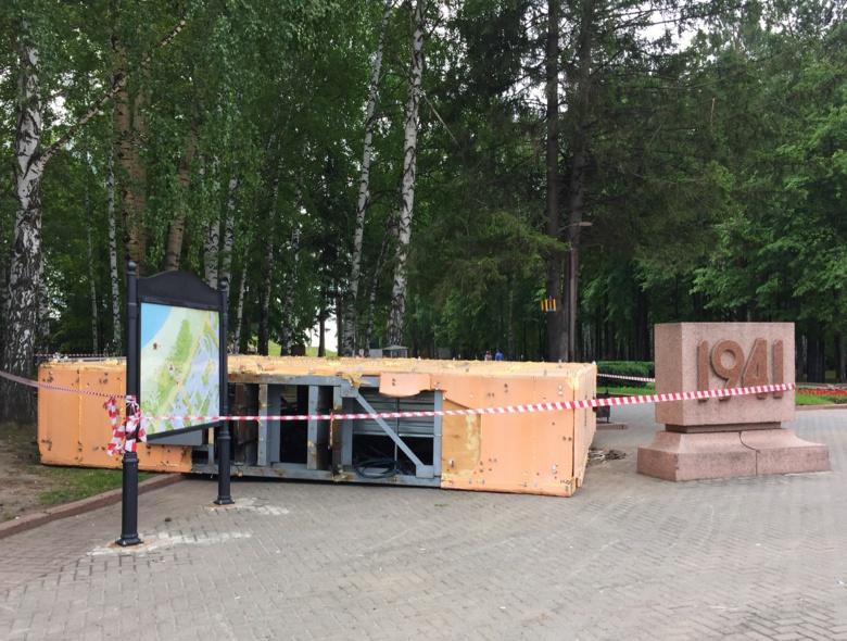 Рекламный экран в Лагерном саду демонтировали