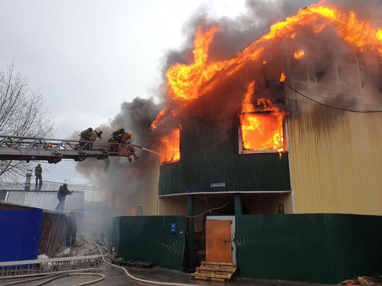Рабочий цех горит на Черемошниках в Томске