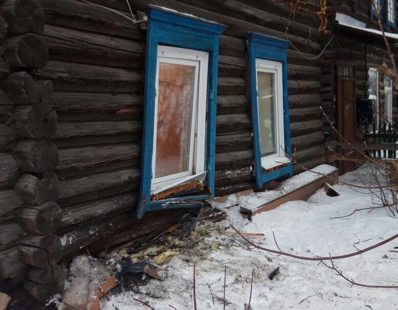 Автомобиль въехал в деревянный жилой дом в Томске