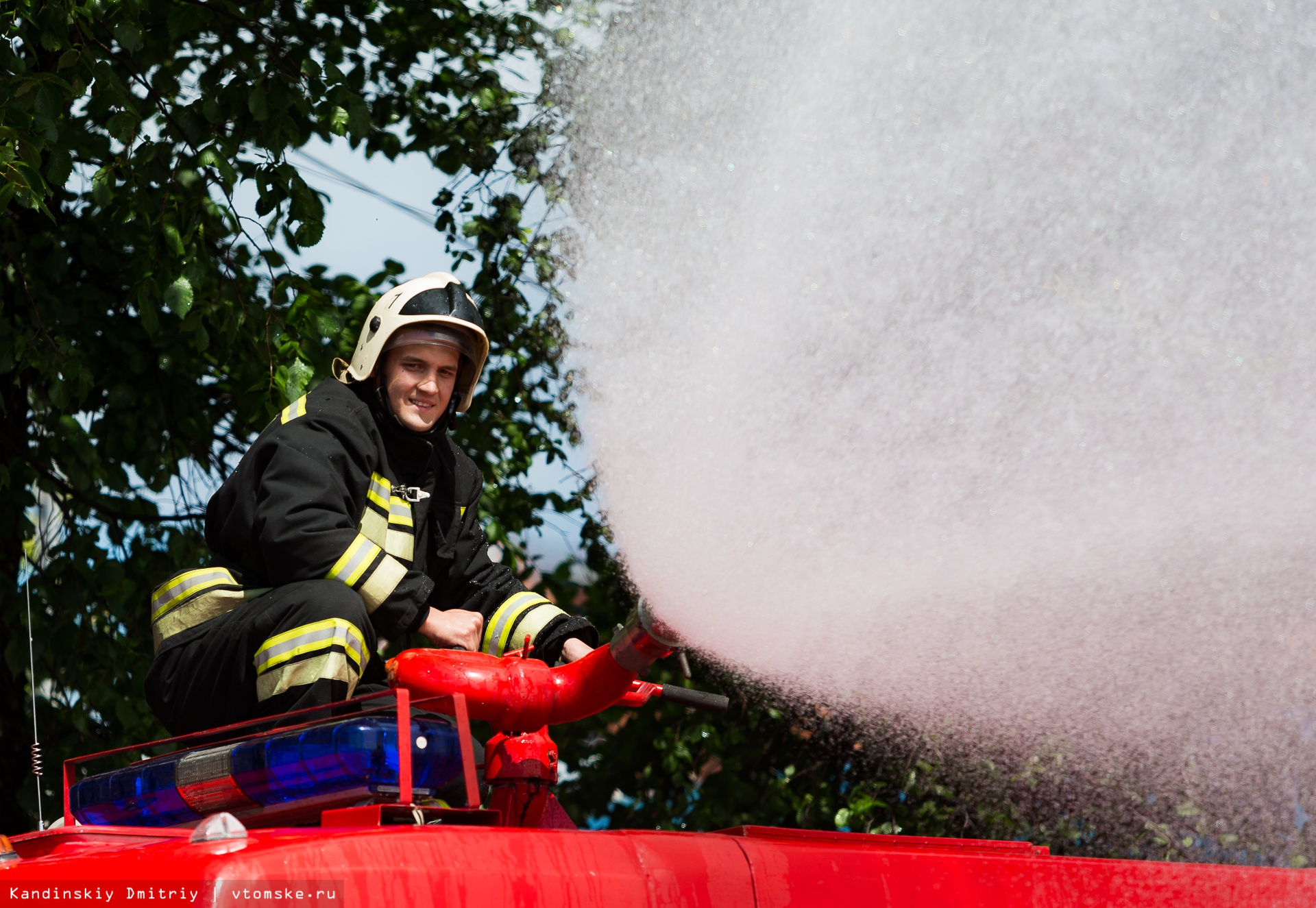 Пожарные вылили на томичей 8 тонн воды в день Ивана Купалы