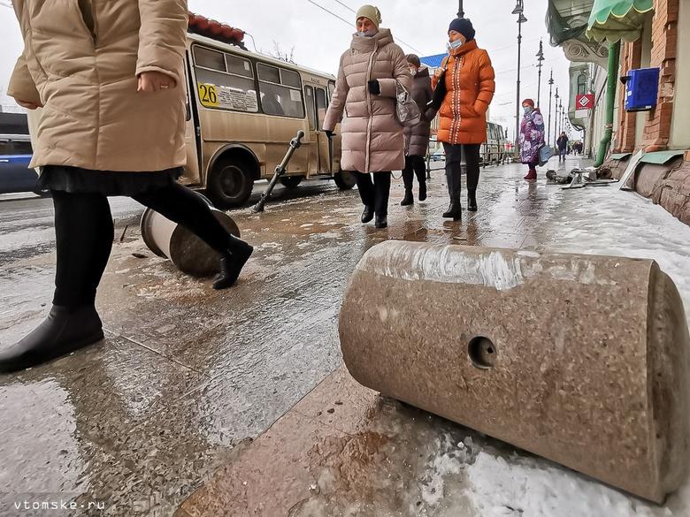 Автобус снес забор и гранитное ограждение в центре Томска