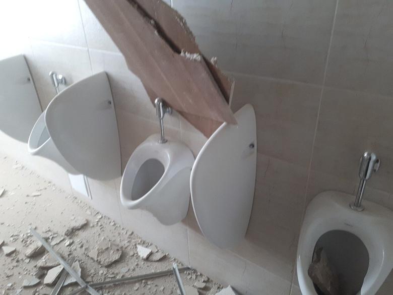 Потолок обрушился на голову томичу в туалете главного корпуса ТПУ