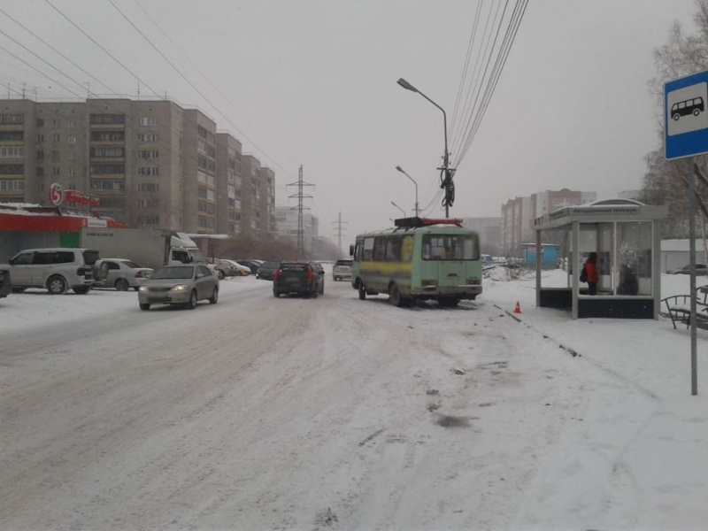 Маршрутка сбила женщину на остановке в Томске