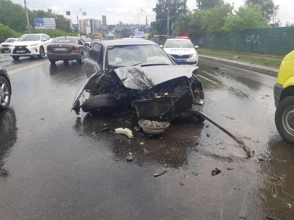 Иномарка въехала в фонарный столб в Томске, есть пострадавшие