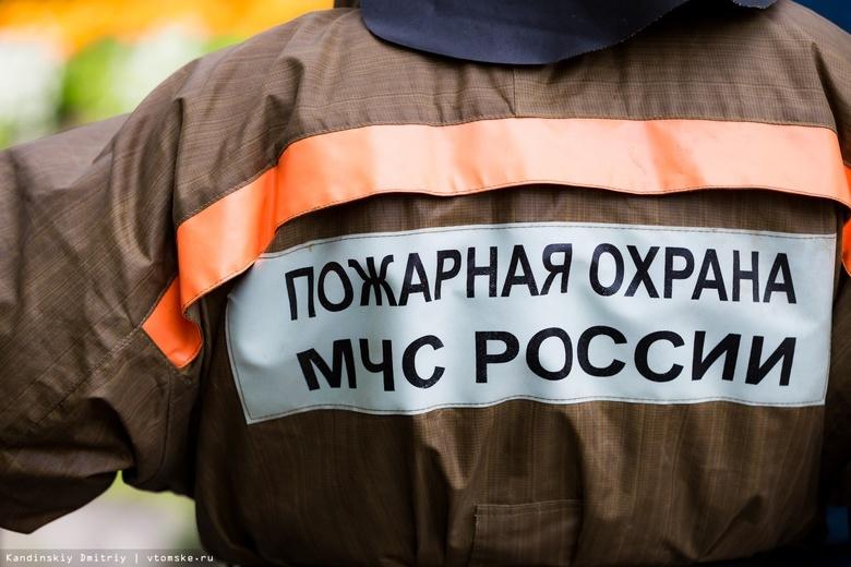 Пожарные вынесли мужчину из горящего гаража в Томске
