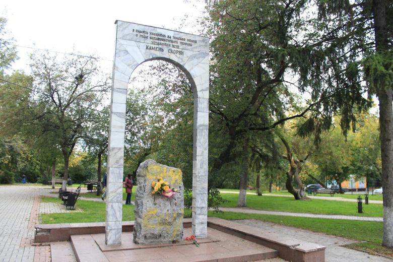 Камень скорби в томском сквере очистили от надписи «Сталин»