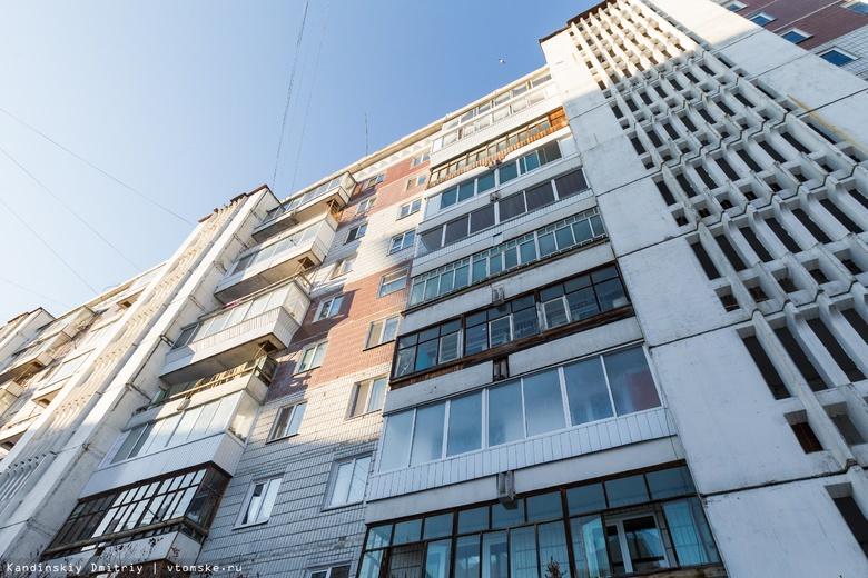 Часть крыши 10-этажного дома обрушилась в Томске