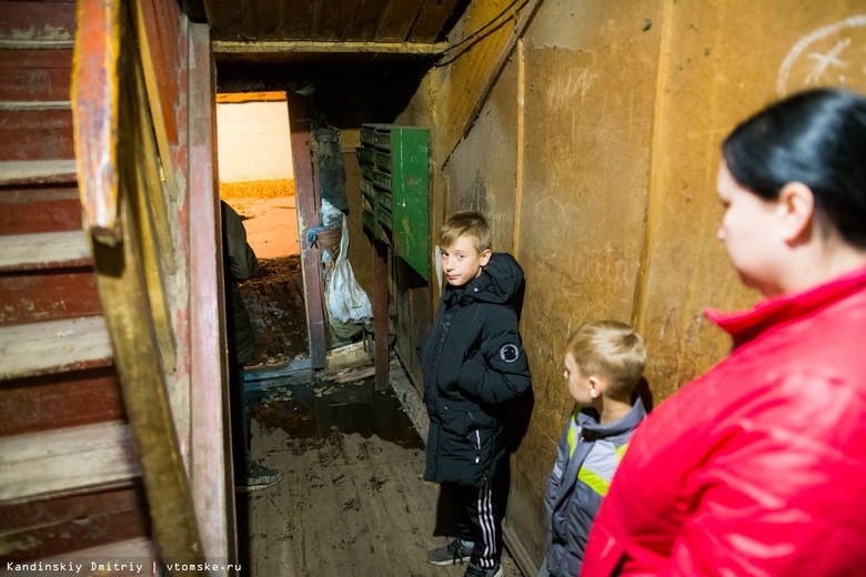 Канализационные стоки топят еще один дом в Томске