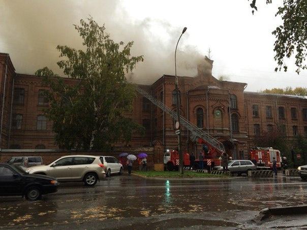 В Томске снова загорелось бывшее здание ТВМИ (фото)