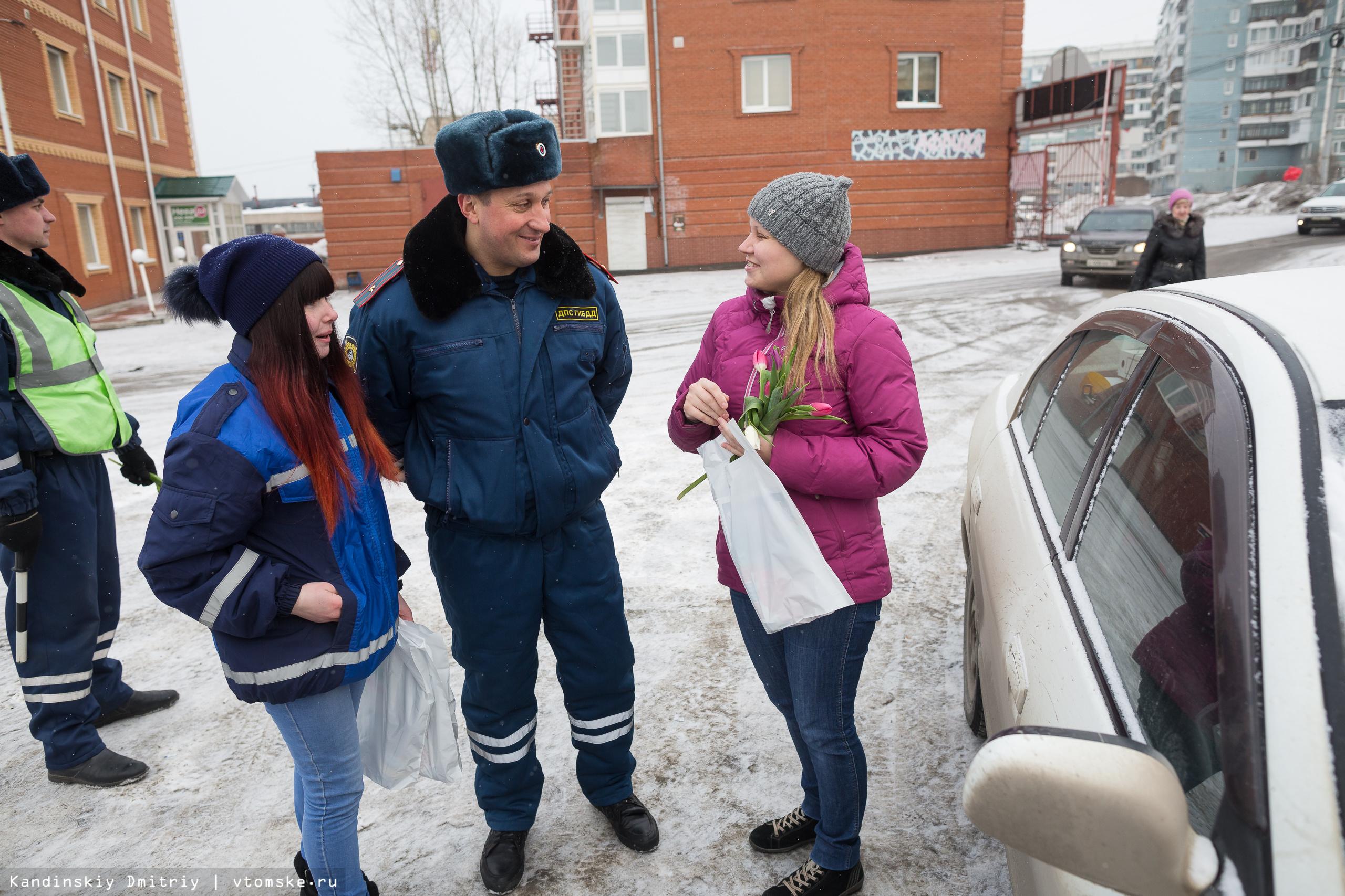«Цветочный патруль» ГИБДД подарил томским автоледи 700 тюльпанов на 8 марта