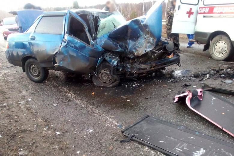 Пикап при обгоне врезался в ВАЗ на трассе в Томской области