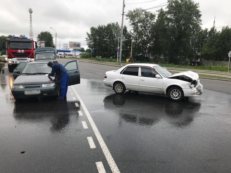 Иномарка «догнала» ВАЗ на ул. Елизаровых, трое госпитализированы