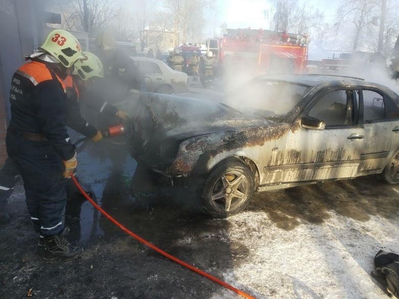 Две машины сгорели в томском автосервисе