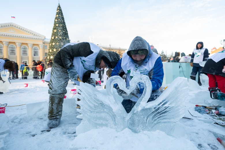 Золотая рыбка, конь и лебеди: «Хрустальный Томск» открылся созданием мини-скульптур