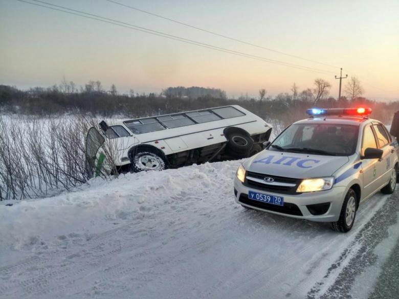 Автобус с пассажирами съехал в кювет в Томском районе