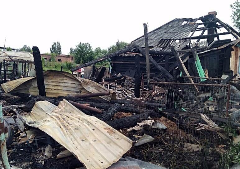 Горожан просят помочь многодетной семье, чей дом сгорел в Томском районе