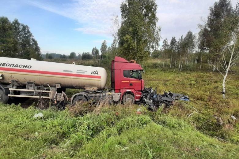 Два человека погибли в ДТП с газовозом на трассе в Томской области