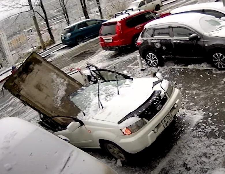 Во Владивостоке бетонная плита упала с крыши дома на авто, едва не придавив владельца