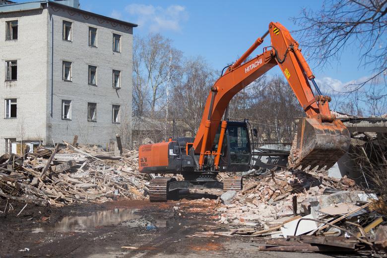 В Томске начался снос аварийных зданий на территории бывшего училища связи