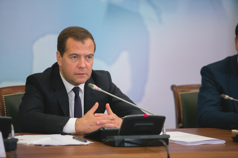 Медведев перед отставкой поручил выделить 127 млрд руб на атомный ледокол