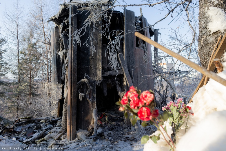 Томичи несут цветы к театру «2+ку» в память о погибшем Владимире Захарове
