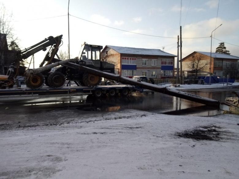 Тягач повредил теплотрассу в Асино, оставив несколько домов без отопления