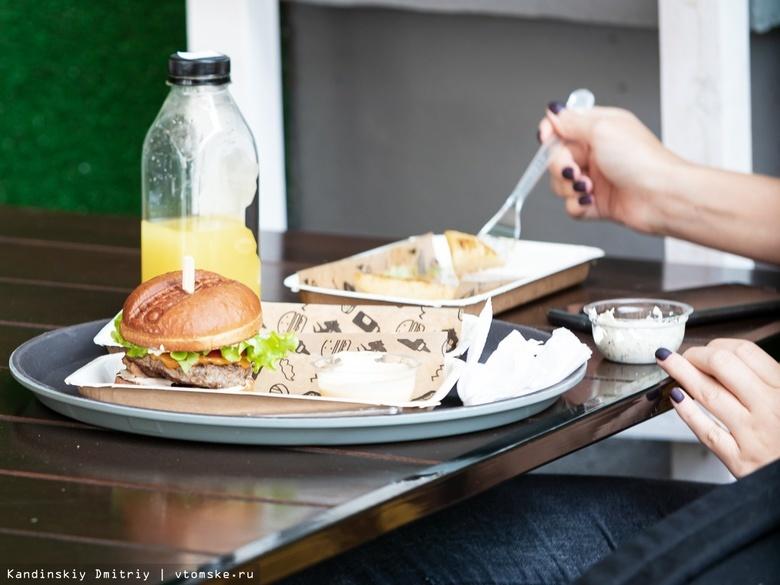 Российским ресторанам и кафе запретят включать чаевые в чек