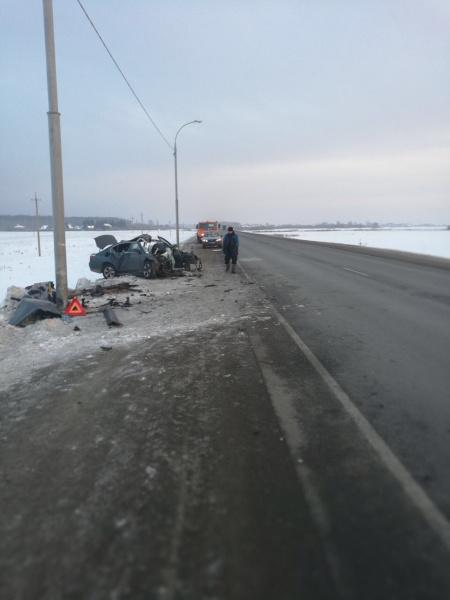 Опубликованы фото ДТП под Томском, где BMW протаранил столб