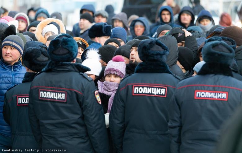 Как мигранты в Томске пытались получить разрешение на временное проживание: видео