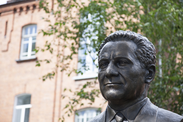 В Томске открылся памятник бывшему директору ТИЗа Льву Будницкому