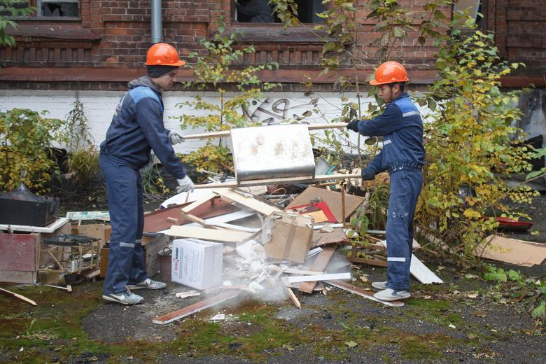 Своими глазами: томские студенты наводят порядок в горевшем здании ТВМИ (фото)