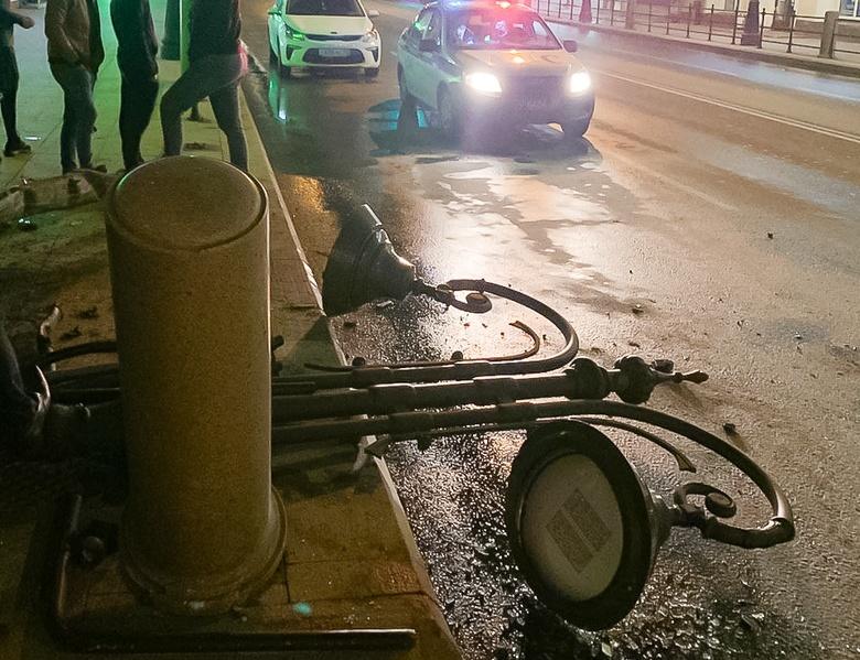 Водитель иномарки врезался в фонарный столб в центре Томска