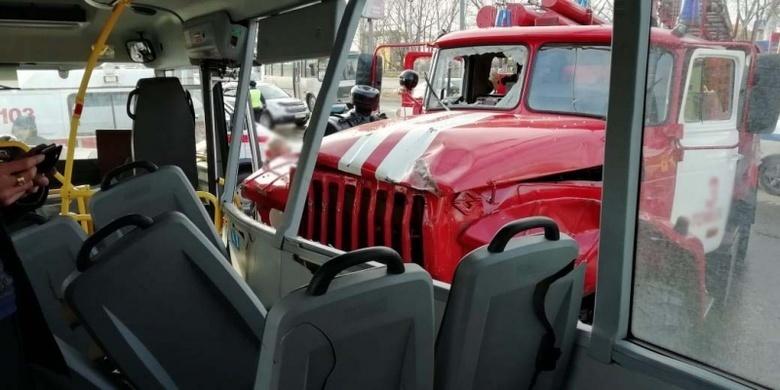 Авария с участием пожарной машины и маршрутки попала на видео