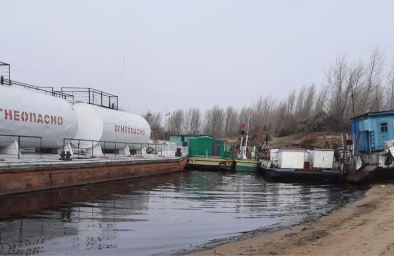 Разлив нефти произошел на Оби в Томской области из-за столкновения 2 барж