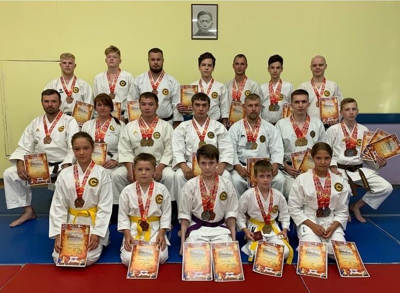 Томичи завоевали на международном турнире по каратэ и кобудо более 40 медалей