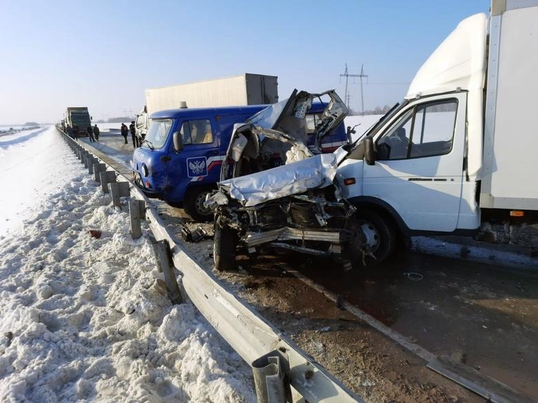 Восемь машин столкнулись на трассе Томск — Новосибирск. Погиб томич