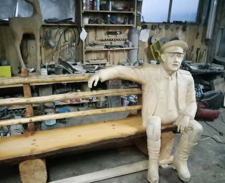 Вандалы оторвали ногу у скульптуры участкового Анискина в Тогуре