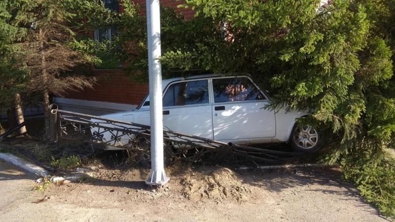 Пожилой водитель «Лады» погиб, врезавшись в металлическое ограждение
