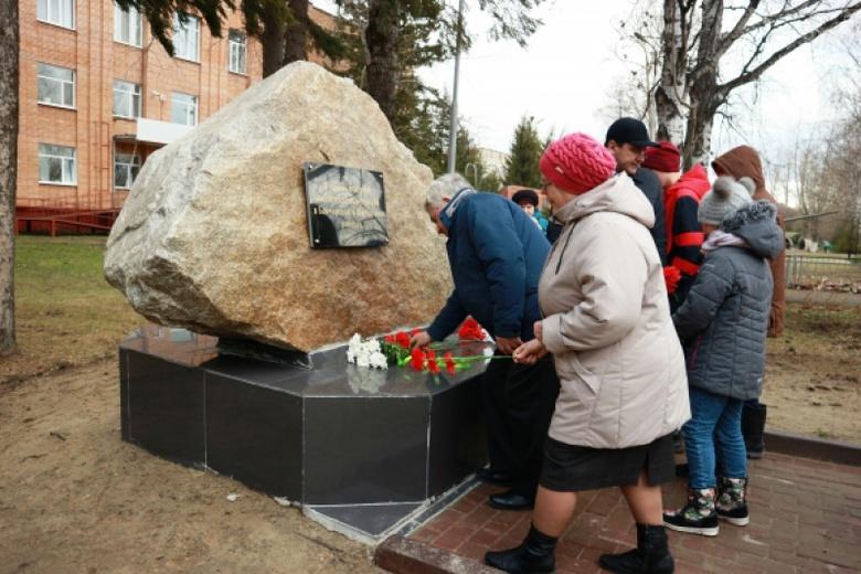 Камень скорби установили в Бакчаре, куда ссылали жертв Большого террора