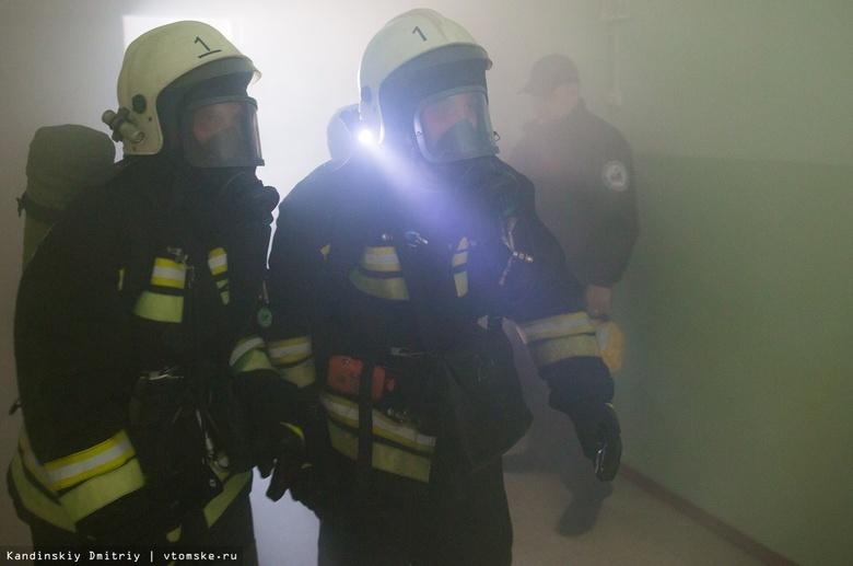 Пожарные эвакуировали жильцов многоэтажки в Томске из-за возгорания в подъезде