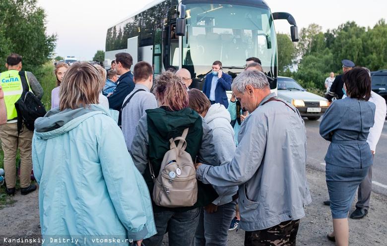 Пассажиров совершившего жесткую посадку Ан-28 доставили в Томск. Фото