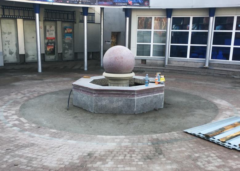 Подрядчик приступил к реконструкции фонтана в центре Томска